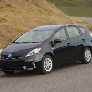 2012 Toyota Prius v First Drive Photos